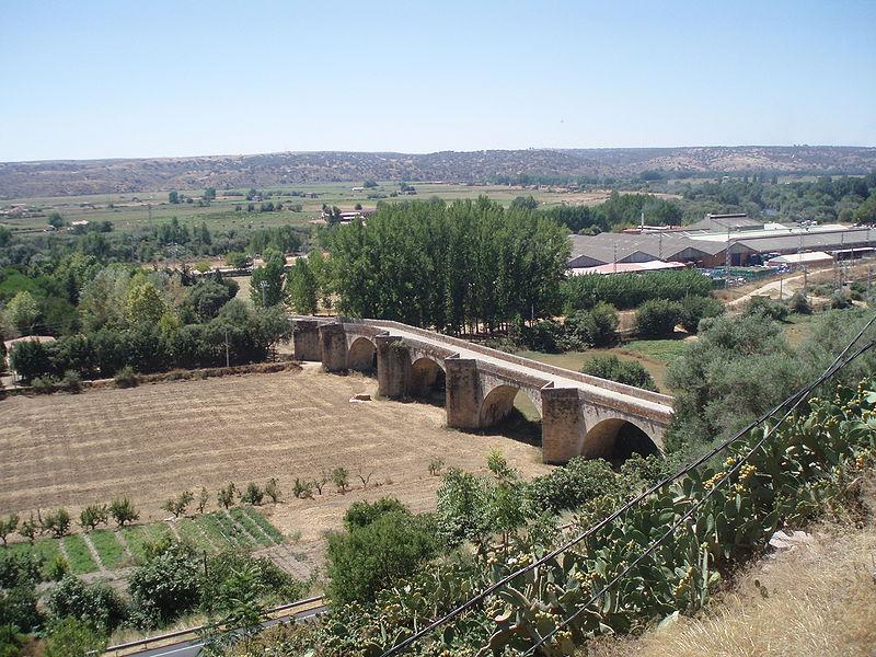 800px-puente_del_siglo_xvi_sobre_el_rio_alagon-_coria-_caceres